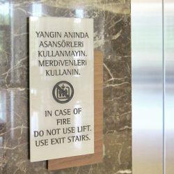 Asansör uyarı yazısı